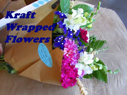 bouquets of flowers using kraft paper to wrap bouquets of flowers