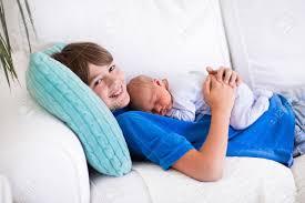 faire l amour sur un canapé boy rire tenant bébé nouveau né dort frère les frères et