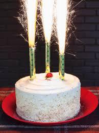 candele scintillanti candeline con scintille sulle torte un abitudine pericolosa per