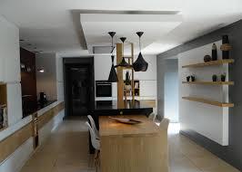 le cuisine design le faux plafonds souligne la partie centrale dans une cuisine