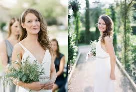 coiffure mariage cheveux lach s coiffure one shoulder avec broche pour mariée the reporthair