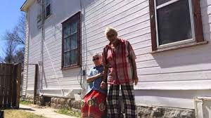 elderly couple u0027s home on redwood gets paint job after notice from