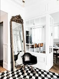 comment disposer les meubles dans une chambre comment décorer avec le grand miroir ancien idées en photos