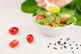 cuisiner la salade verte faisant cuire la salade saine crue suivante un régime écoulement d