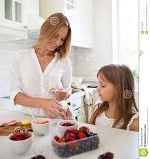 qui fait la cuisine femme faisant cuire des macarons à la cuisine avec sa fille