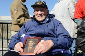 World War 2 Us Flag World War Ii Veterans Make Emotional Visit To Their Memorial In
