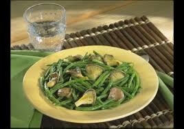cuisiner les haricots verts poêlée de haricots verts et girolles à l ail croquons la vie nestlé