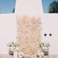 wedding backdrop grass pas grass into your wedding decor happywedd