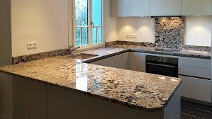 poser plan de travail cuisine plan de travail granit marbre et decoration