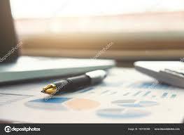 calculatrice graphique bureau en gros gros plan de plume de l entreprise et blanc calculatrice graphique