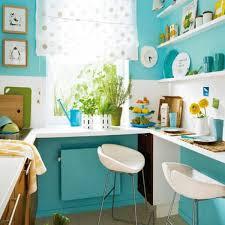 türkise wandgestaltung kleine küche mit türkis wandfarbe und weiße regale wohnfarbe