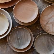 assiettes en bois empreintes boutique paris dédiées au métiers d u0027art marie claire