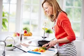 tablette recette de cuisine femme dans la recette suivante de cuisine sur la tablette de digital