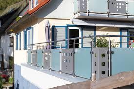 edelstahl balkon mit glas geländer wittmer metallbau