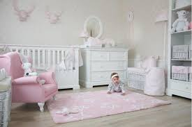 babyzimmer rosa teppich sterne rosa gavle