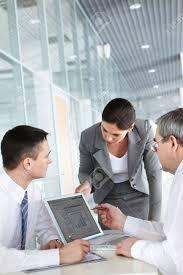 travaux de bureau une équipe de commerciaux de trois travaux au bureau de