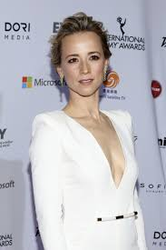 hairstyles of margaux on revenge revenge season 4 spoilers karine vanasse talks about margaux