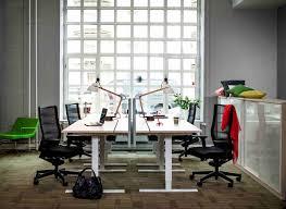 travail dans un bureau environnement de travail attractif et ambiance cool au bureau en