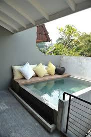 canapé balcon salon de jardin et terrasse au bord de la piscine 5 idées pour