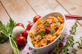 origan frais en cuisine pâtes avec ragoût de poisson et de l origan frais banque d images et