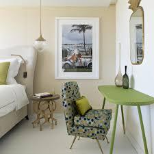 fauteuil deco chambre deco chambre beige inspirationune chambre aux teintes vertes avec