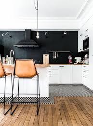 cuisine et parquet parquet dans la cuisine cuisine laque blanc sur murs colors noir
