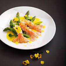 cuisiner les langoustines recette langoustines poêlées aux asperges vertes et beurre safrané