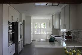 pics of white kitchen cabinets clean white kitchen cabinets and quartz countertops