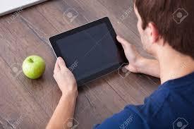 le bureau verte up de la tenant numérique tablet personne avec apple