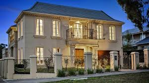 melbourne buyers lock horns over family size homes as auction