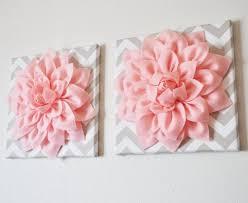 toile chambre bébé fille déco tableaux chevrons fleurs tissu roses chambre bébé tableau