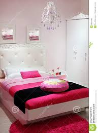 tapis chambre à coucher chambre à coucher avec la garde robe blanche et le tapis image