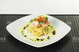 photo plat cuisine gastronomique cuisine gastronomique plat principal sur bambou noir mat photos et
