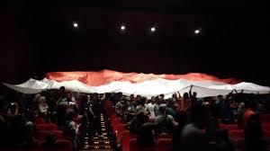 nonton film merah putih bikin terharu bendera merah putih raksasa dibentangkan usai nonton