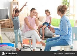 famille bureau psychologue pour enfants jeunes travaillant avec la famille au