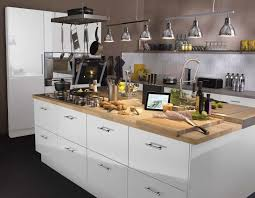 ilot cuisine blanc un ilôt central pour la cuisine avec plan de travail en bois et