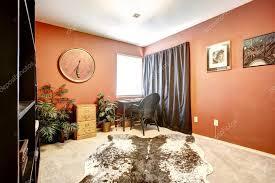 tappeti pelle di mucca sala ufficio arancione con tappeto pelle di mucca foto stock