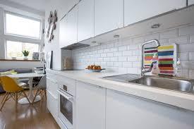 cuisine carrelage metro cuisine américaine équipée blanc immaculé avec carrelage blanc