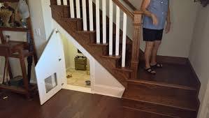 chambre pour chien le propriétaire a fait une chambre pour chien sous l escalier