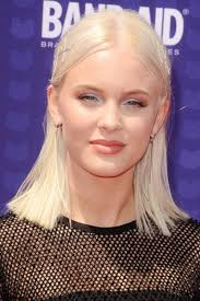 zara model hairstyles zara larsson straight platinum blonde blunt cut bobby pins flat