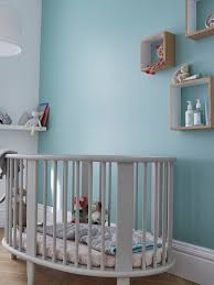 deco bebe design une douce couleur bleue topaze sur les murs pour une chambre d