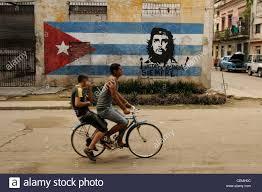 Che Guevara Flag Jungs Die Zu Fuß Mit Dem Fahrrad Vor Einem Kubanischen Flagge Und