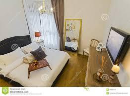 chambre de luxe avec chambre à coucher lumineuse de luxe avec hd tv image stock image