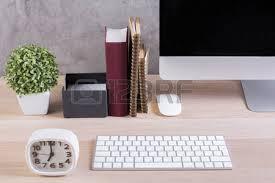 bureau en gros souris gros plan du bureau de bureau en bois avec écran d ordinateur vide