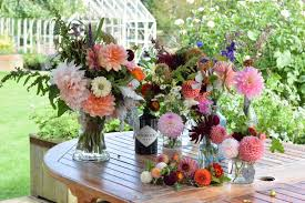 floral arranging swan cottage flowers seasonal british wedding and event flowers