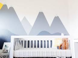 peinture mur chambre bebe dessin montagne stylisé en couleur pour décorer les murs de la chambre