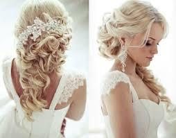 Frisuren Lange Lockige Haare by Lockige Haare Weißer Haarschmuck Mit Haarklammer Befestigt