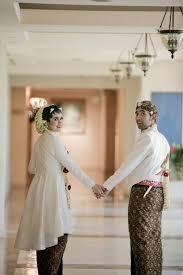 wedding dress jogja garden party of selly and adit at hyatt regency yogyakarta