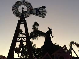 Knotts Berry Farm Halloween Decorations by Where To See Haunted Houses And Halloween Decorations Around Los