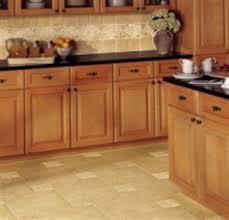 cuisine couleur miel facade cuisine bois brut coin de repas cuisine bois massif avec